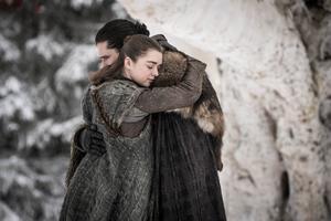 """Arya Stark återförenas med sin """"bror"""" Jon Snow. Ett av alldeles för få ömma ögonblick i serien. Foto: HBO via AP"""