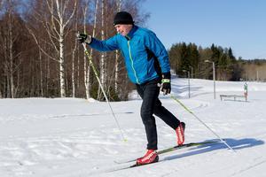 Leif Löfstrand ger sig ut på ännu en skidtur på Bondsjöhöjdens skidstadion.