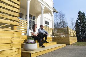 Deras senaste projekt är den nybyggda träverandan till huset, som så småningom ska ytbehandlas och målas vit.