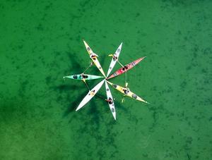 Kajaktur på Locknesjöns gröna klara vattenspegel. Foto: Per-Olov Wikberg