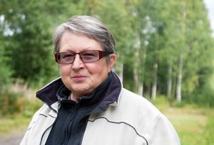 Birgit Lundgren, ordförande i Trönö hembygdsförening är  glad över att Trönö fått en offentlig utsmyckning. Nu planeras för ytterligare ett verk. Arkivbild