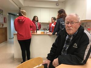 Rolf Söderholm är en av besökarna till Röda Korsets så kallade värmestuga på Vätö. Foto:Désirée Lundberg