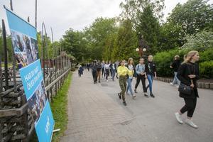 Strömmen av ungdomar in i parken tycktes aldrig ta slut - även om den värsta anstormningen lagt sig en timme efter insläpp.