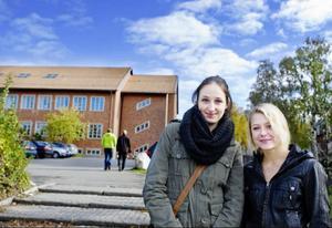 Frida Hansson och Annica Larsson, båda från Östersund, går första året på Wargentinsskolan. De är för unga för att få rösta, men har ändå satt sig in i valet.– Vi har pratat en del om det i skolan och hur det blir nu när Sverigedemokraterna kommer med i riksdagen, säger Annica Larsson.  Frida Hansson berättar att hon känner några som röstat på Sverigedemokraterna. – Jag tycker inte det är bra att dom har kommit med i riksdagen, säger hon.