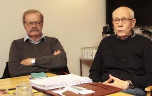 Bor Färdigh och Roland Hammarlund, PRO Älvkarleby-Marma, har anammat den nya digitala tekniken, men de poängterar samtidigt att många äldre behöver utbildning för att hänga med i samhället.