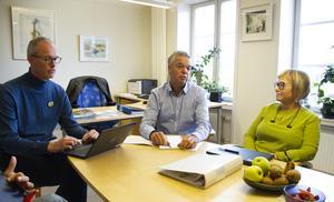 Jonas Holm (M) shar täta möten med grundskolechef Ulf Carlsson och förvaltningschef  Ingela Rauhala om vad som kan prioriteras bort inom skolan. Foto: Arkiv