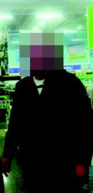 Ett vittne som såg 22-åringen under mordkvällen berättar att hon såg honom i den svarta Fjällrävenjacka som inte kunnat hittas. Åklagaren menar att expojkvännen eldat upp jackan för att försöka dölja mordet på Tova. Foto: Polisens förundersökning