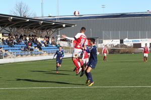Sandvikens Emil Bellander stångades med Umeåförsvaret (Bilden är från en match tidigare i år)