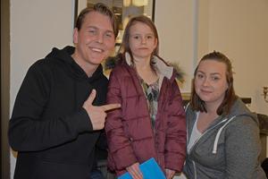 Moa och Desiree Milo var och såg när Emil Assergård spelade och fick sin autograf.