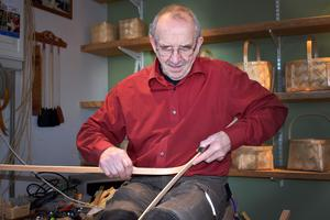 Björn Majors jobbar med trämaterialet som så småningom ska flätas till korgar.