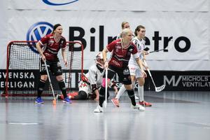 Moras kapten Anna Wijk #5 och Elin Reinestrand #77.