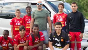 Ali Demirci med sina spelare – framför den populära minibussen.