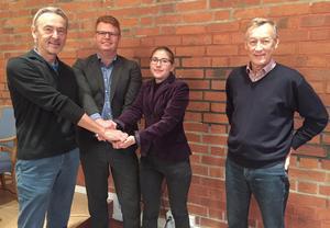 Calle Morgården (MP), Fredrik Rönning (S) och Vanja Larsson (V) visar att den rödgröna koalitionen i Smedjebacken består. Göran Engström (C) närvaro på bilden visar att en ny kontaktyta har etablerats, i form av en valteknisk samverkan.