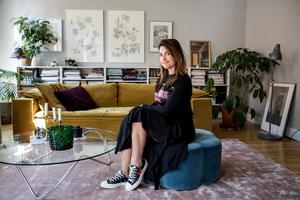 Amelia Widell säger att vi inspireras mycket av hotell i vår inredning nu. Det får gärna vara tunga gardiner och flera sittmöbler.Foto: Christine Olsson / TT