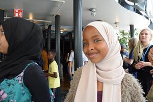 Nadia Jama, som ska börja i årskurs 5 i höst, har nyss haft lunch i Fryshuset i väntan på bland annat spex, dans och Elias Abbas framträdande.