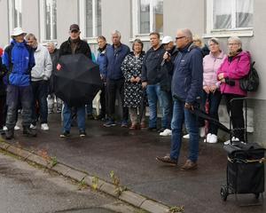 Vandrarna lyssnar intresserade till Ulf Svenssons berättelse om polisens tidigare verksamhet i Arbråområdet.