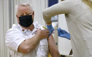Här får en man i USA Modernas vaccin mot covid-19. Foto: Pat Greenhouse/The Boston Globe via AP/TT