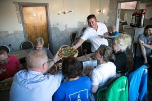 Politiker, privatpersoner och det antirasistiska nätverket We are Dalarna fyllde pizzeria Titanic under onsdagskvällen.