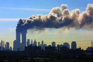 Två plan kraschades in i World Trade Centers tvillingtorn på Manhattan i New York, USA. Den bilden från terrorattacken för 20 år sedan är svår att glömma.FOTO: Gene Boyars