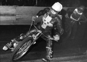 Femfaldige världsmästaren Ove Fundin är SM-historiens främste förare med nio guld. Här leder Ove före Barry Briggs i en landskamp mot Australien 1957. Arkivbild TT