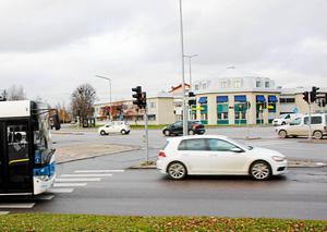 Byggnadsnämnden tycker att rondellförslaget för Röda torget ska göras om. Kollektivtrafikförvaltningen vill att kommunen väntar på utredningen om framtidens kollektivtrafik.