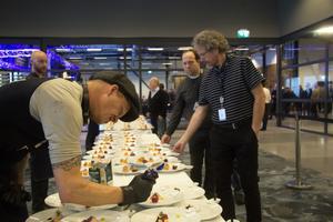 Alla gäster bjöds på små godbitar inne  på den nya flygplatsen-