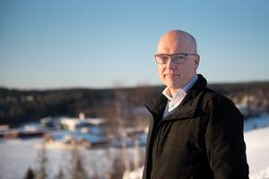 Fastighetsmäklaren Sune Rehnman på Era Mäklarbyrå har i uppdrag att förmedla de 12 tomterna på Dekarsön.