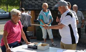 Liselotte Östman var först med att få sitt pris i Jerry Erixons kluriga tipsrunda och likaledes kluriga sätt att fördela priserna. Foto: Sven Lindblom