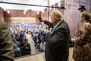 Fokus på skolan, som varit måltavla för nazistisk propagande. Rektor Göran Törnqvist och biträdande rektor Madelene Goldmann hälsade välkomna.