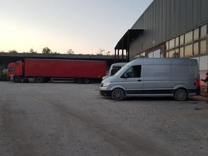 Äntligen är alla igenom gränsen och alla bilarna med gods står nu i tullkontrollen i Balti.Foto: Privat