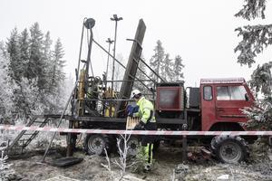 Aura Energy borrar fortfarande i området och tar upp borrkärnor som visar hur hög halt av vanadin det finns i berggrunden.