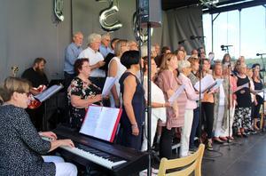 Salig Blandning och medlemmar ur en tidigare Bethelkör sjöng från scenen. FOTO: KATHARINA KARLHAGER