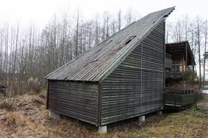 På ett av logihusen har taket nu ruttnat sönder. Alla tak skulle behöva läggas om.