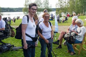 """""""Det är sån kö in så jag får sätta mig här ute"""", säger Marianne Eckemark till höger och fäller upp sin medhavda stol."""