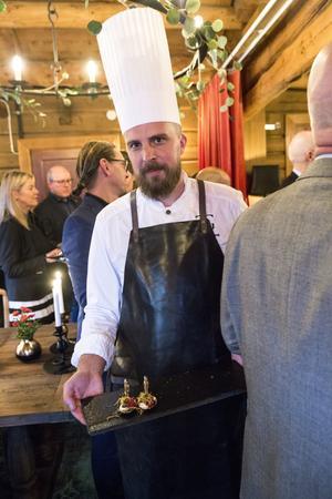 Kocken Henrik bjuder på carpaccio från sked som en aptitretare i Grythyttans nya del Kötthimlen. Köttet kommer från kossan Lindsvi från Karl Tövåsens fäbod, Rättvik. henrik berättar hur han träffade Lindsvi där i somras.