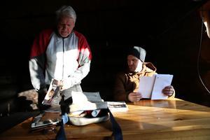 Renoveringen innebär mycket administrativt arbete.  Pappa Bill Krisoffersson hjälper till.