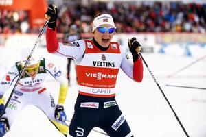Maiken Caspersen Falla segerjublar under helgens sprintfinal i finska Lahtis. Stina Nilsson i bakgrunden.