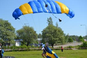 Söderhamns fallskärmsklubb landade i Gurkparken i stan på Sveriges nationaldag efter operakonsert från Oscarsborg.