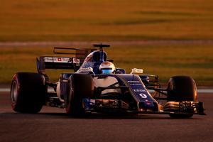 Marcus Ericsson i skymningen i Abu Dhabi. Foto: Sauber motorsport
