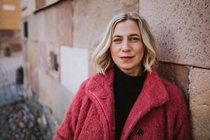Ibland har Lina Schollin Ask bjudits in att föreläsa om sin dotter Ingrids död på temadagar om barn och sorg. – Jag har märkt att det här är något som folk vill lyssna på. Därför har jag skrivit en bok om en sorg som aldrig går över, kanske kan det vara en hjälp för folk i kris, säger hon. Foto: Kajsa Göransson.
