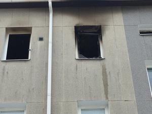 Det brann ordentligt medan kvinnan var kvar i lägenheten. Hon kunde räddas ur huset och föras till sjukhus, men hennes liv gick inte att rädda.