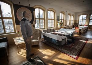 På plan två har Thomas Allander ställt i ordning en festvåning med matsal, danssal, sovrum och badrum.