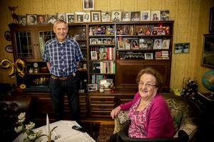 I bokhyllan trängs alla bilderna på barn och barnbarn. Sören Sjödin, snart 91 år, och Ann-Marie Sjödin, 89 år, gifte sig på gården för 70 år sedan.