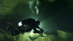 Att dyka i grottor innebär stundtals att det inte finns några luftfickor där man kan gå upp. Foto: Øystein Røimål / NTB scanpix / TT