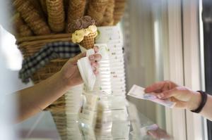 Att sälja glass i en glasskiosk är ett klassiskt sommarjobb. Foto: Fredrik Sandberg/TT