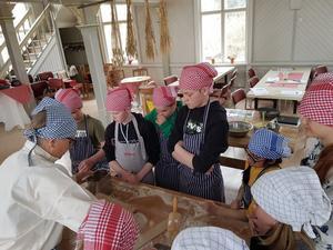 Eleverna från Lillbo kom till Långhed och bakade tunnbröd av olika sorter och lärde om resan från