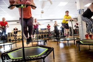 Yvonne Odsberg och Ewa Ribbing vågade prova på Jumping fitness.