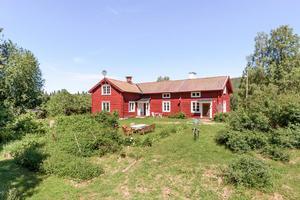 4 651 klick på Hemnet under förra veckan gav en tiondeplats på Dalarnas Klicktoppen för denna villa i Enviken, Falu kommun. Foto: Kristofer Skog
