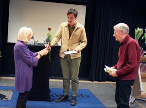 Jack Werner får Lubbepriset av Torild Blomqvist och Staffan Nyström.