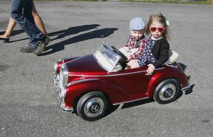 Nils Hassfjärd, 2 år med systern Signe, 4 år från Pilgrimstad, gled in på Springmeet i sin Mercedes 300 S.